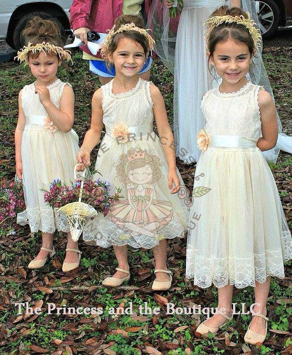 Deze thee lengte jurk is te schattig voor woorden. Volledig bekleed met kant stof mix en heeft een overlay van mooie zachte bruids kant. Deze jurk kan worden besteld met een bijpassende sjerp en bijpassende zendspoel, versierd met een cluster van hand gerold satijn roze bloemen op een satijnen verwisselbare sjerp. De bloemen en sash op de jurk kunnen worden gewijzigd en overeenkomen met de kleuren van uw bruiloft.  ** Jurk komt in vintage wit en champagne   Als u koopt de jurk met een…