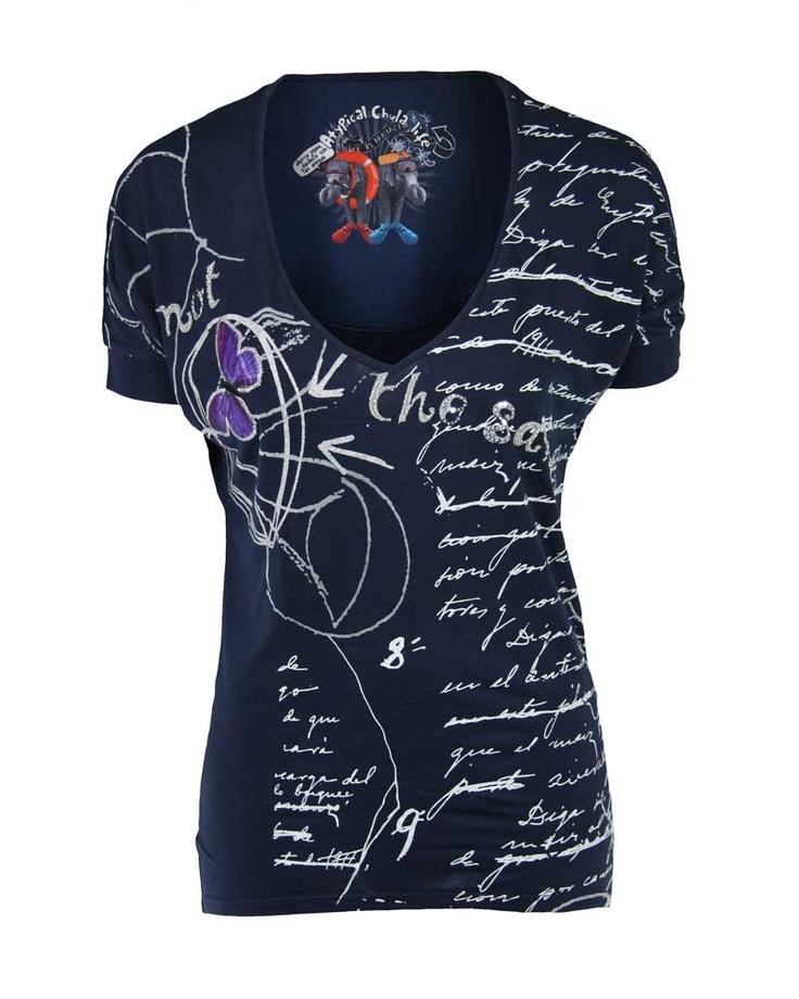 Soepel iets wijd vallend donkerblauw t-shirt van Desigual met lage v-hals en allover print. Sierlijk afgewerkt met pailletten. Let op: Het merk Desigual valt klein. Wij adviseren een maat groter te bestellen.  http://mijnmodewereld.nl/desigual-31t2647-t-shirt-km-blauw-4.html#