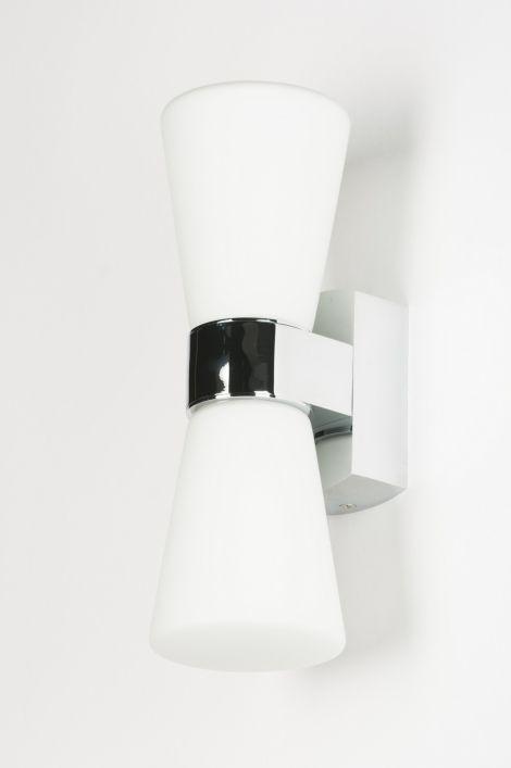 Artikel 10167 Leuke badkamerlamp. De lamp heeft een chromen armatuur met 2 opaal glazen kegels.  Afdichtingsklasse: IP44 http://www.rietveldlicht.nl/artikel/wandlamp-10167-chroom-glas-wit_opaalglas