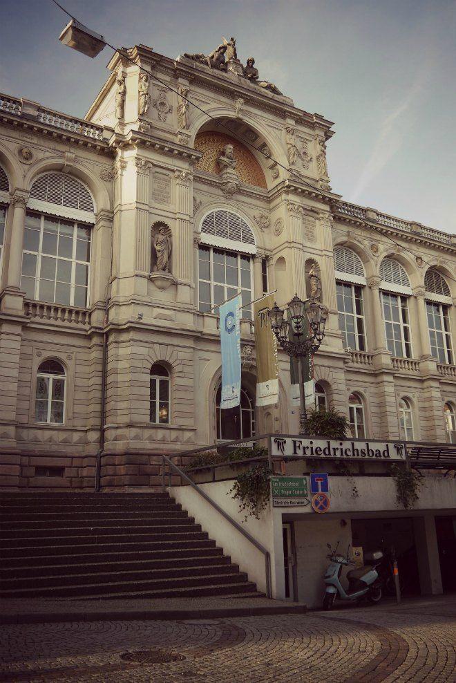 Baden-Baden gilt als eines der bekanntesten Kurbäder Europas. Schon römische Kaiser und russische Zaren kamen wegen der Quellen und Bäder hierher.