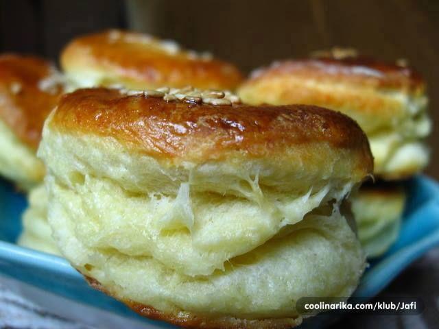 Donosimo vam recept najboljih pogačica sa sirom. Prvo ih napravite i pojedite a poslije nam zahvaljujte. Jednostave a tako savršene, evo recepta. Sastojci: – brašno 1 kg – margarin 250 gr – …