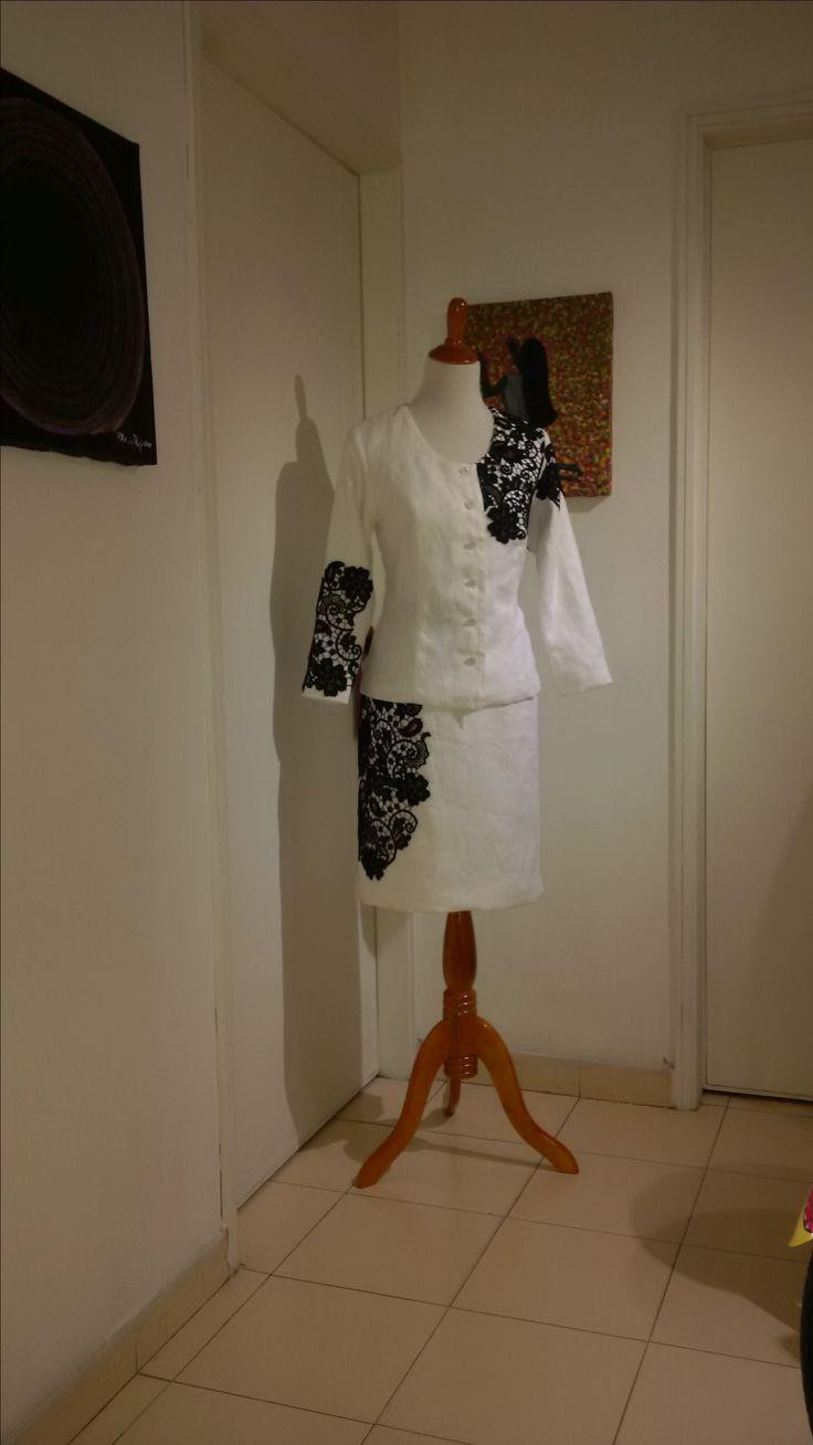Conjunto de chaqueta y falda en lino con aplicaciones de guipiur.
