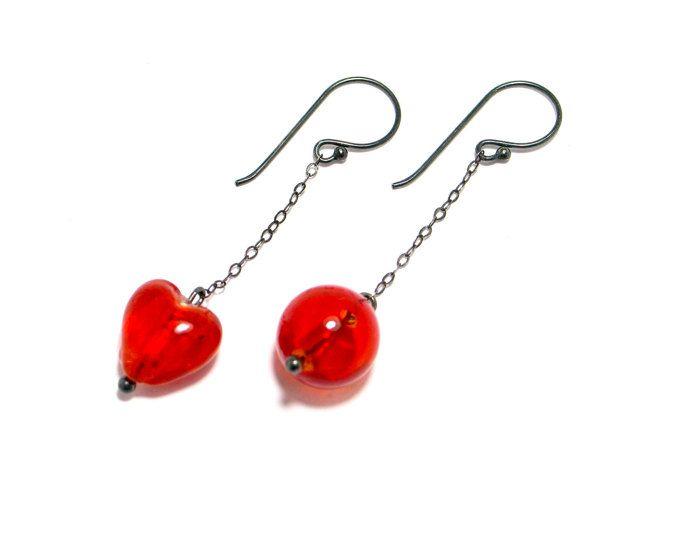 El amor está en el aire! Pendientes en plata de ley, corazon rojo de cristal. bohemios, Plata oxidada, colgantes, rojo.