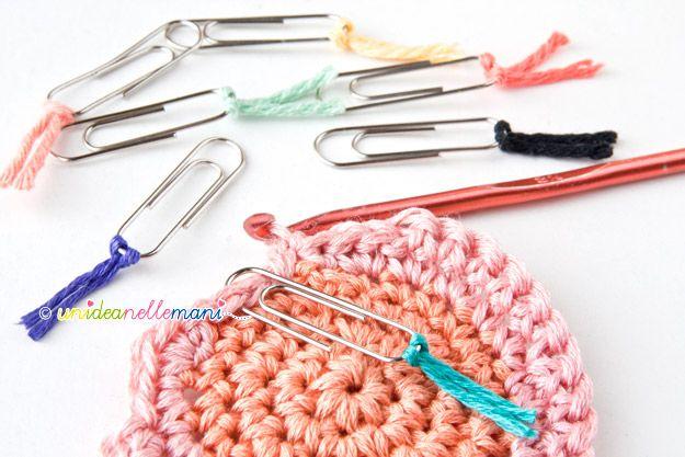 I segnapunti o Stitch Markers, sono quegli anelli colorati che si usano nei lavori a maglia o all'uncinetto. Si possono comprare o...farseli da se!