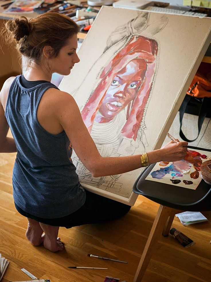 Stéphanie Ledoux painting a Himba woman portrait in her art studio #workspace.