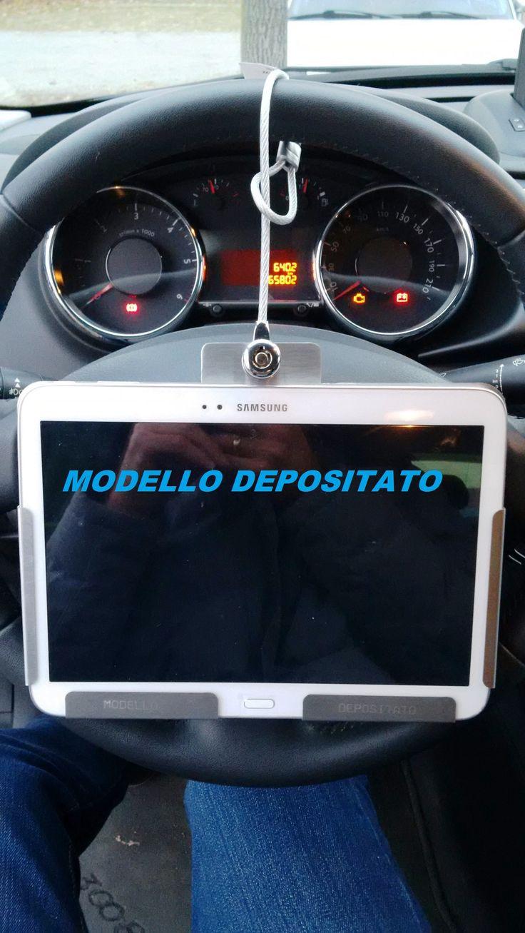 supporto tablet che vincola il tablet al volante dell'auto. Applicazione all'interno di autovetture presso autosaloni. Possibilità' di vedere video, immagini, schede tecniche, configuratore e molte altre cose