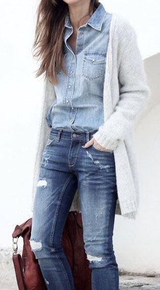 Cardigan, camisa de jean, jeans con roturas, cartera marrón.