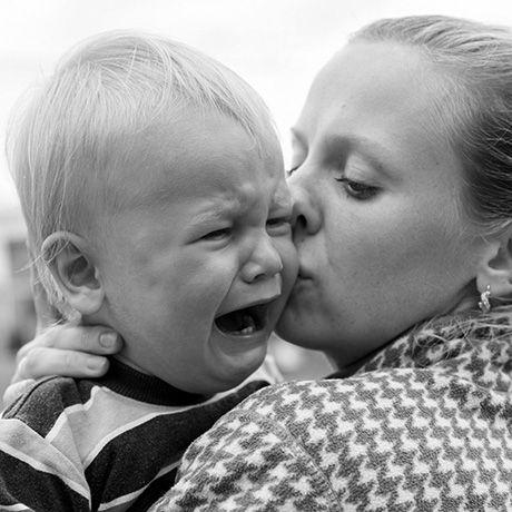 Det kan være svært at gå fra sit barn, når det f.eks. skal starte i vuggestuen eller man skal i gang igen efter en dejlig ferie. Barnet kan have separationsangst, altså en angst for adskillelse fra sin mor og far. Adskillelsesangst betragtes som en normal reaktion på en situation der er utryg. Sådan hjælper du dit barn ...