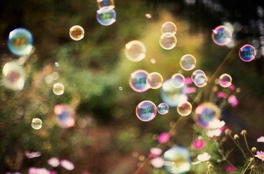 """Bulles de savon à l'origine du dégradé de couleur du collier double médaillon """"bulle multicolore"""""""