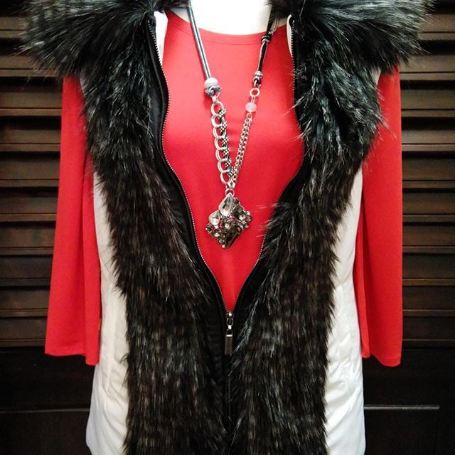 Get ready for the cold weather with this warm zip up vest with soft fur trim! - Parkhurst Outdoor Edition - $109 - #Casanovasdownfall #FurTrim #WinterFashion #SkiVest #BoutiqueFashion #Parkhurst #OutdoorEdition