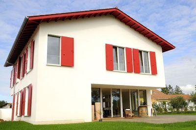 Quatre murs, une toiture à deux pentes et des volets rouges : difficile de faire plus traditionnel. Mais cette maison basque cache bien son jeu. Passive, elle se passe (presque) de chauffage.