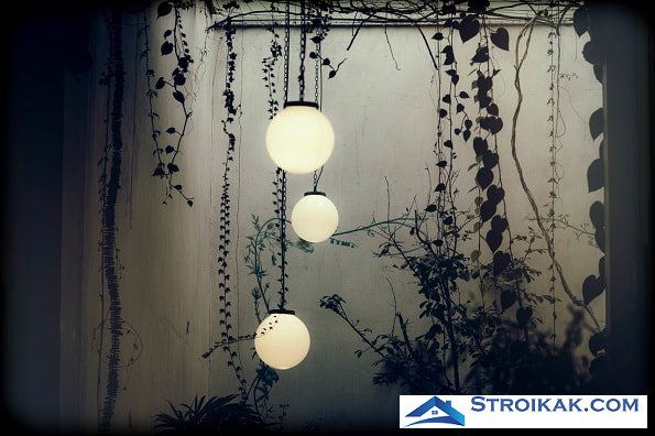 Круглые лампы в саду