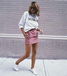 Looks con sudadera blanca falda ros tenis blancos