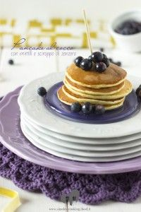 pancakes al cocco con mirtilli e sciroppo di zenzero