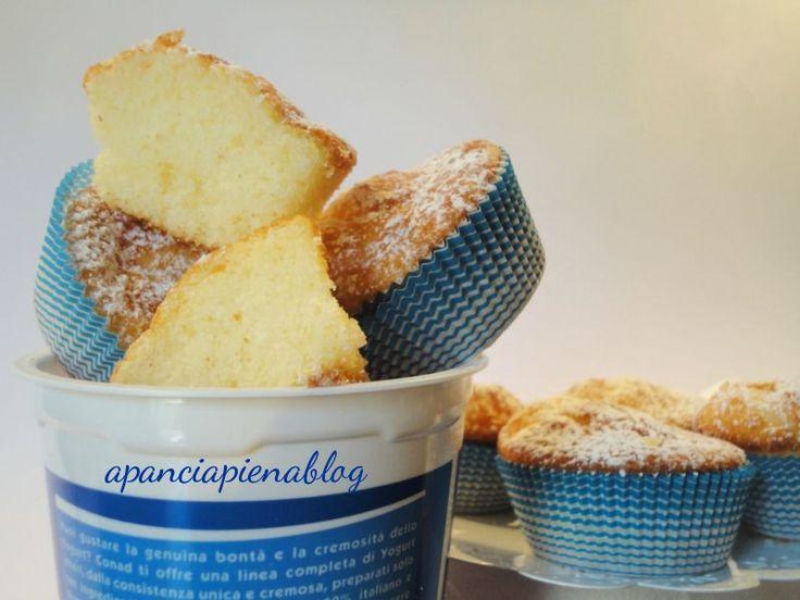 Buon lunedì amici, iniziamo la settimana con questi sofficissimi muffin allo yogurt, una bontà che rende le colazioni speciali e le merende più alle