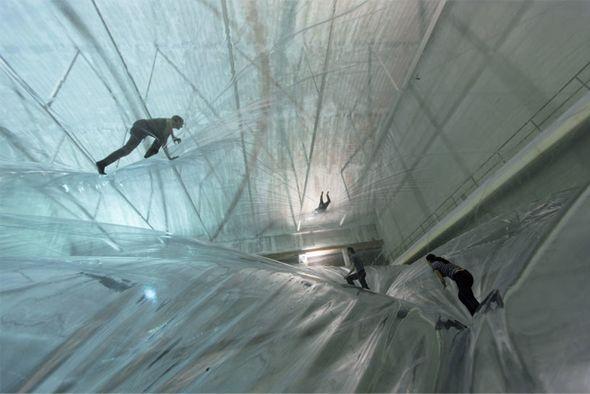 L'artiste argentin Tomas Saraceno est connu pour ses oeuvres à grande échelle, il signe dans l'hangar Bicocca de Milan, une version multi-couches de membrane en PVC translucide suspendues à 24 m au-dessus du sol ! Extension d'un de ses précédents travaux intitulé « Cloud Cities », où le but était de créer des structures aériennes auto-suffisantes et pouvant être habitées.