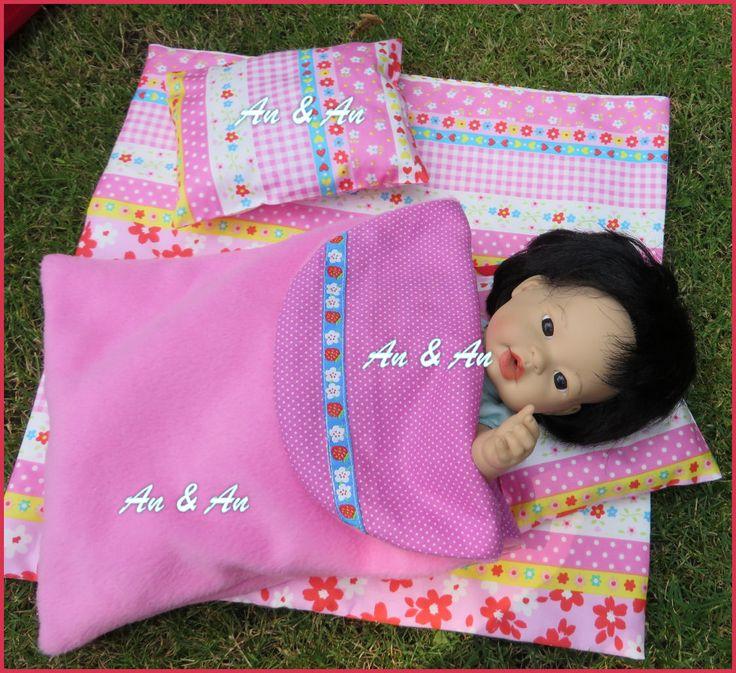 Voor in de tent: matje, kussentjes en slaapzakje. www.poppenmode.com