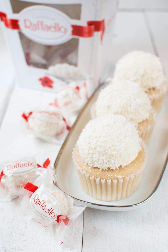 Raffaello-Cupcakes. Leute, was soll ich sagen? Sie sind einfach lecker! Kokos-Mandel-Cupcakes mit einem cremigen Kokos-Frosting mit einem Hauch Amaretto im Hintergrund für den Mandelgeschmack. In die