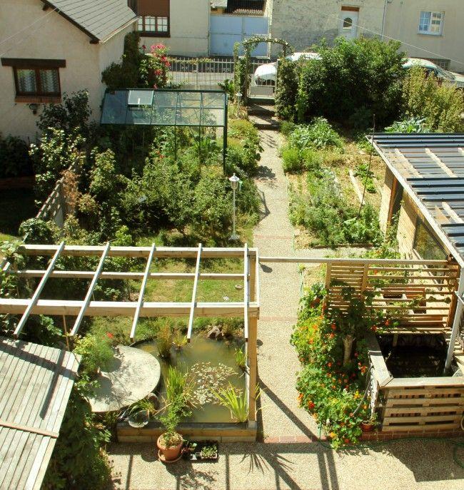Article passionnant sur un fou de potager bio qui a un tout petit jardin citadin et multiplie les astuces ingénieuses pour optimiser la place... et la production !