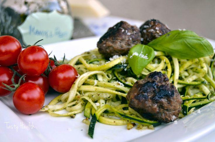 Tasty Health: Zucchinipasta med magra köttbullar och hemgjord mandelpesto