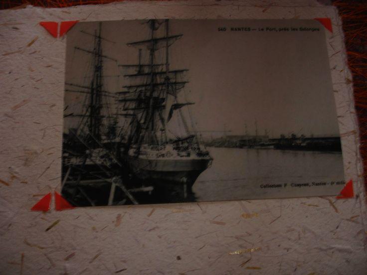 Pour écrire dans le livre d'or, des vieilles cartes postales représentant Nantes et à insérer dans le livre