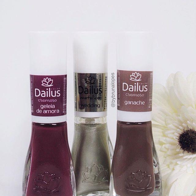 Novidade  Os esmaltes da @dailuscolor tem tons lindos ! É muito difícil escolher na hora qual comprar  As cores que eu tenho são essas da foto  ( até então haha ) ~ no momento estou usando o geleia de amora ~  #dailus #esmaltesdailus #esmaltes
