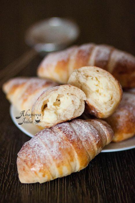 """Эти красивые булочки такие вкусные, что хочется назвать их пирожные, чем булочки:) В интернете пишут, что автор рецепта Наташа c клуб кулинаров (спасибо ей!). Рецепт булочек """"Крем-де-Паризьен"""" можно посмотреть здесь , здесь и здесь . Я уже не раз делаю их и подстроила рецепт под себя, а…"""