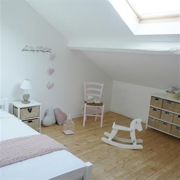 Chambre d'enfant sous les toits avec rangement optimisé