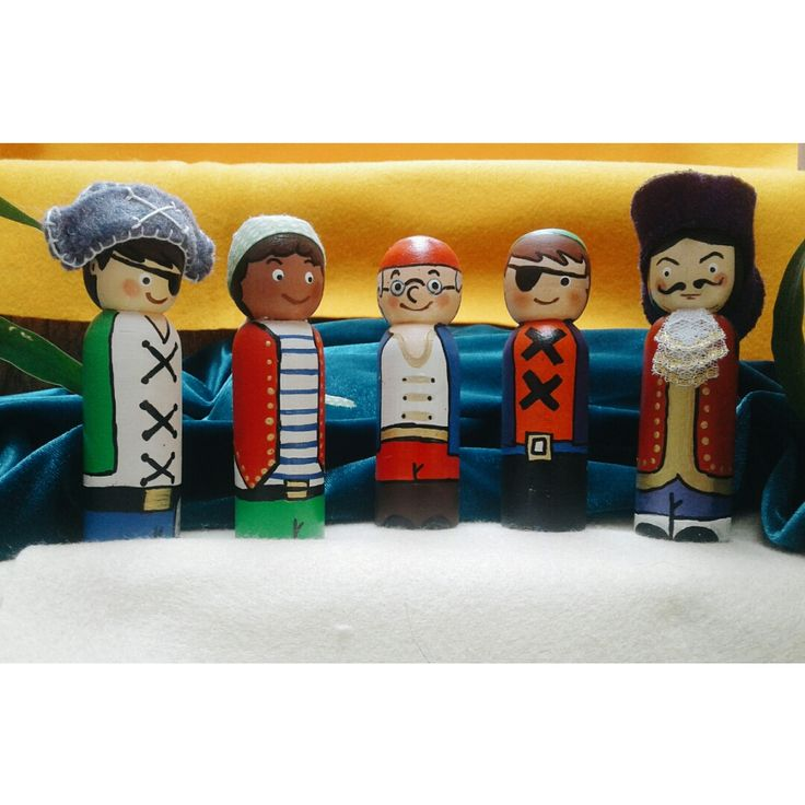 Piratas. Muñequitos en madera pintados a mano.