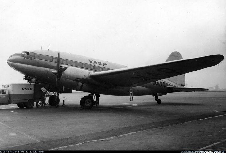 Cultura Aeronáutica: Túnel do Tempo: O Aeroporto de Congonhas / Esse Curtiss passou a operar pela Vasp quando essa empresa comprou o controle do Lóide Aéreo Brasileiro, em 1962.