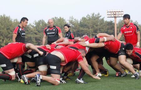 スクラムの練習をするラグビー日本代表の選手たち=宮崎市 ▼1Jun2015共同通信|ラグビー代表が宮崎で合宿開始 「過酷な訓練」とHC http://www.47news.jp/CN/201506/CN2015060101002156.html #Japan_national_rugby_union_team