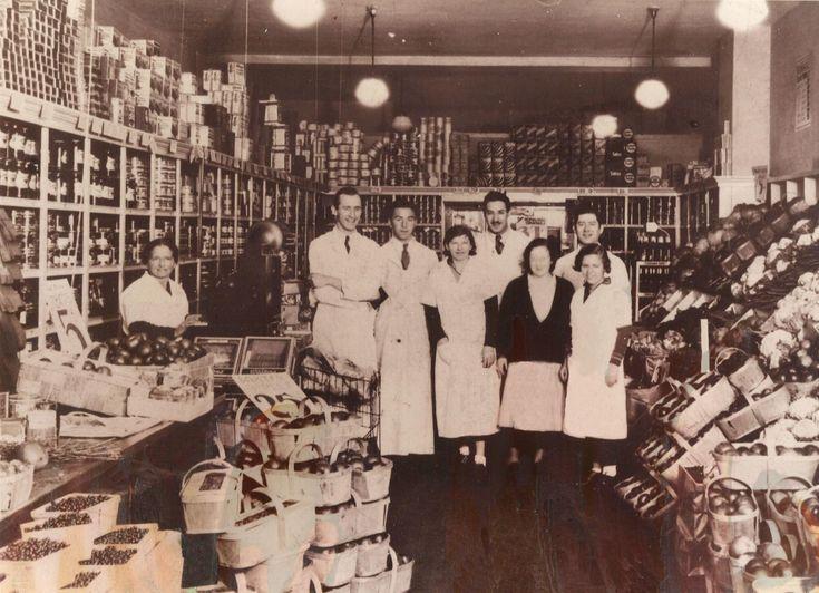 L'une des rares images de l'intérieur du premier magasin Steinberg avec, derrière la caisse à gauche, Ida Steinberg. 192?