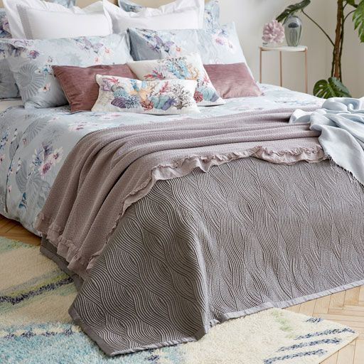 Image of the product WAVE DESIGN QUILT AND CUSHION COVER