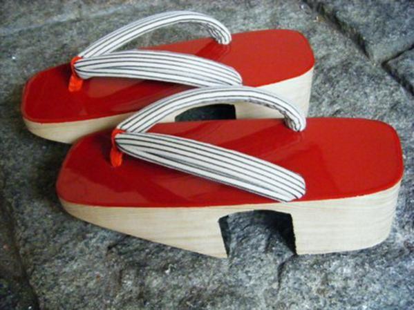 Янаги-гэта – ивовые гэта для неторжественных случаев, которые носили японские гейши в конце XVII века. Платформа-скамеечка на двух «зубах» имеет округлую форму