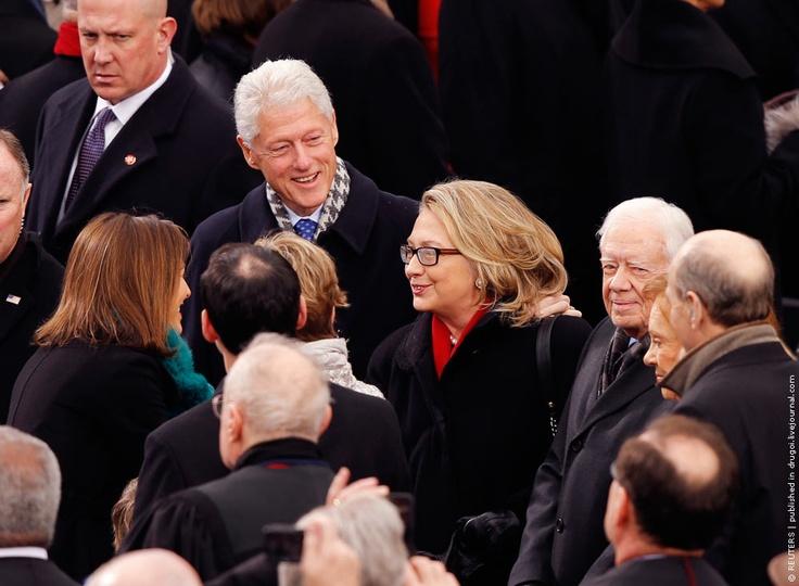 Бывший президент США Билл Клинтон, государственный секретарь Хиллари Клинтон и бывший президент США Джимми Картер на церемонии инаугурации нового президента США.REUTERS/Jim Bourg
