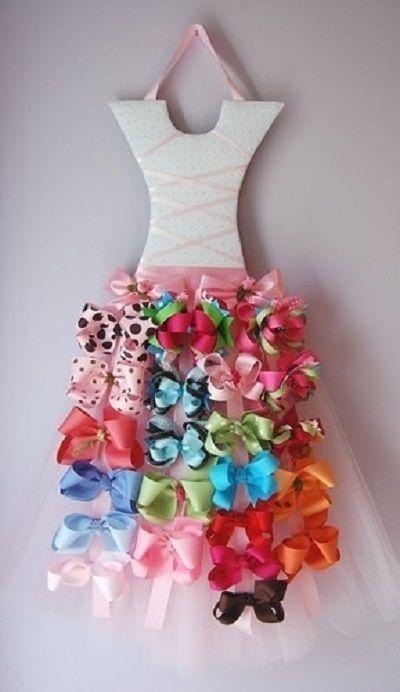 Mira esta magnífica idea para organizar los lazos de cabello para tus niñas, se trata de un vestido de bailarina cuya falda esta compuesta por los lazos