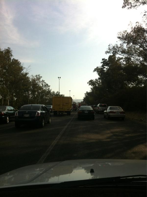 Tráfico pesado en Periférico de Acueducto al Omnilife altura 5 de mayo