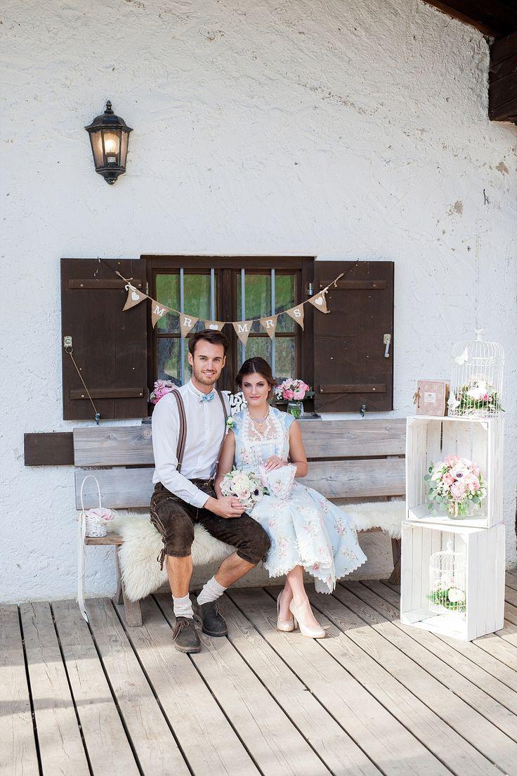 Diese Inspirationen für eine Almhochzeit im Vintage Stil zeigen euch, wie schön eine Trachtenhochzeit mit Brautdirndl und Lederhose sein kann!