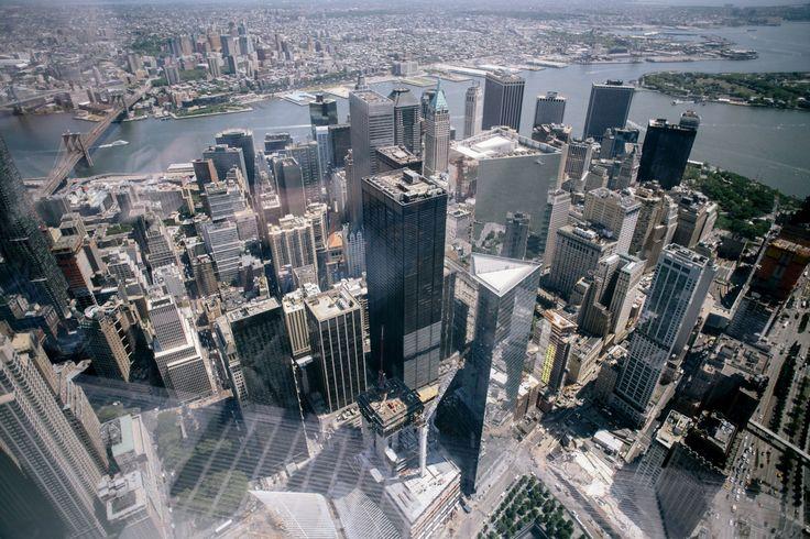 米同時テロ跡地の超高層ビル、展望施設オープン 米ニューヨーク・マンハッタンの高層ビル「ワン・ワールド・トレード・センター」の展望フロア(100階~102階)が5月29日にオープンした。このビルは2001年の米同時多発テロで倒壊した世界貿易センターの跡地に建てられたもの。この展望フロアの窓からはマンハッタンの街並みのほか、周辺の景色が最高50マイル(約80キロ)の先まで見渡すことができる。一般入場料は32ドル(約4000円)。