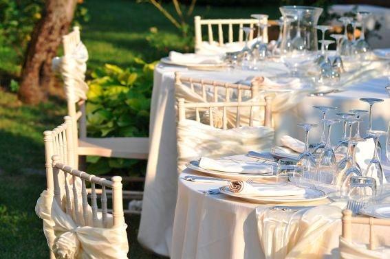 Romantico allestimento nei toni del beige con sedia in legno Plaza / Romantic mise en place cream-coloured, wooden Plaza chair