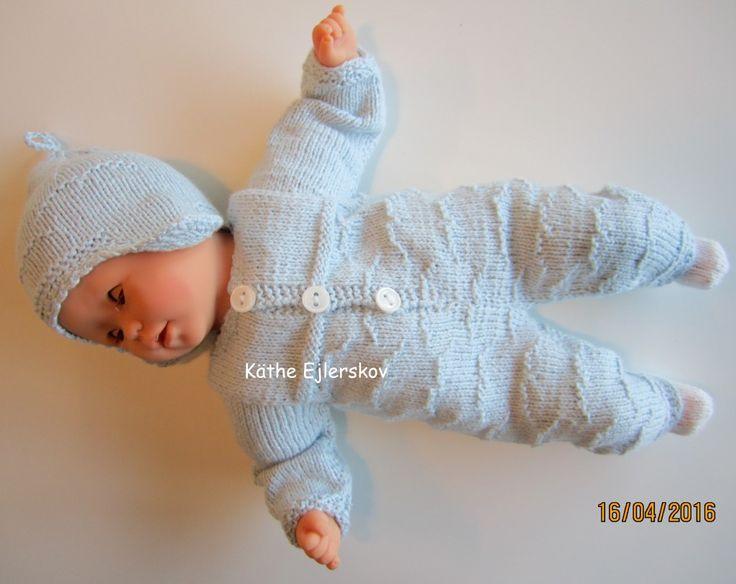opskrifter til dukker. trikkeopskrift nr. 9 til dukken baby Corolle på 30 cm. heldragt og hue i mønster der er rustikt som fugle der flyver i sart lyseblå farve