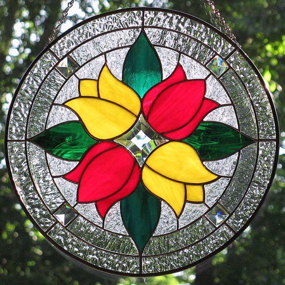 Artículos similares a Tulipanes rojos y amarillos vidrieras redondo biselado Suncatcher en Etsy