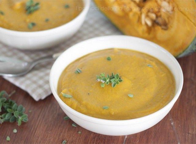 La Vellutata di zucca è di certo tra le ricette più semplici e veloci da realizzare, genuina e salutare è ottima per combattere le fredde giornate invernali, ma con qualche piccola variante può diventare un piatto da gourmet.