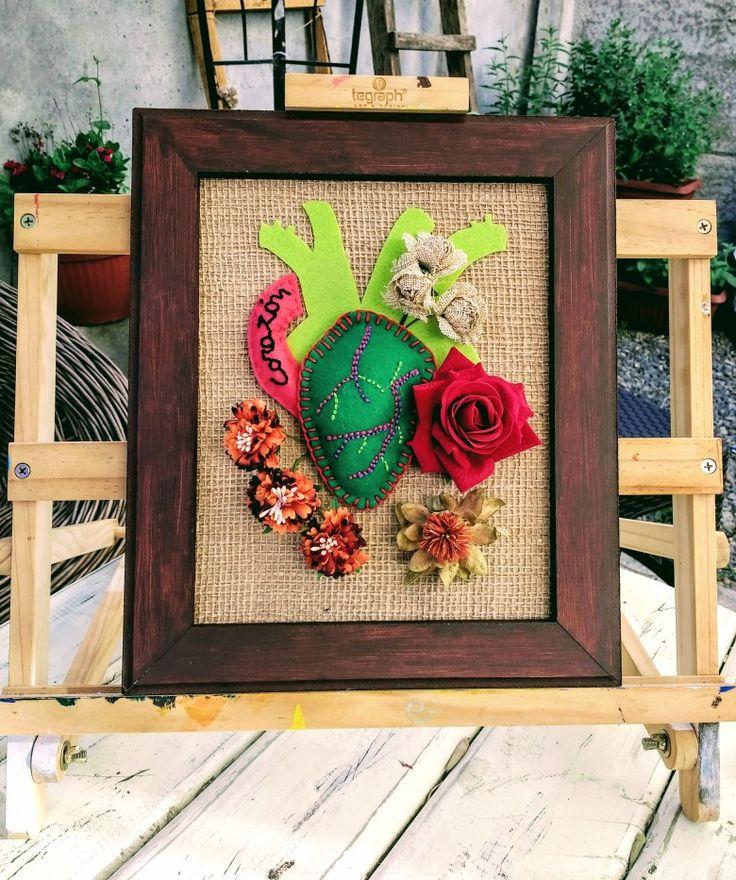 Corazón en fuga... Diseño Chicoca Deco #bordados #arpillera #crea #corazon #flores #cuadro #hechoamano