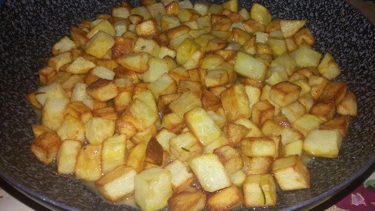 INGREDIENTI: 3patate; Rosmarino q.b.; Sale q.b.; 1cucchiaio raso di farina; Olio evo q.b.; PROCEDIMENTO: Sbucciare e lavare le patate. Tagliarle a dadini,
