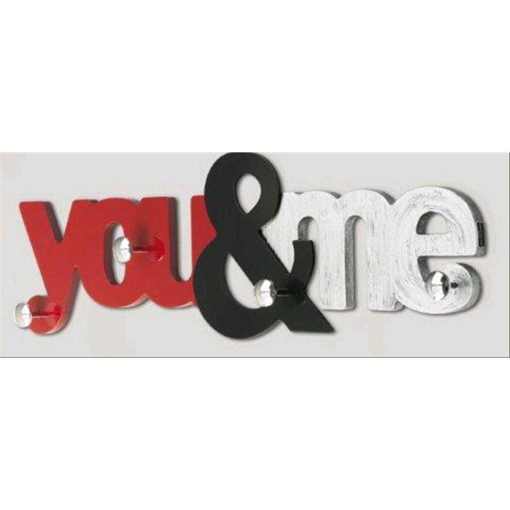 Appendiabito moderno You&Me P3738 - Caratterizzato da quattro pomelli cromati argento disposti in modo tale da dare sempre risalto alla scritta, anche quando gli abiti sono appesi. La struttura sovrapposta su due livelli con laccatura color rosso rubino e marrone scuro con decorazione a foglia d'argento. L'appendiabiti moderno Pintdecor You&Me misura un'altezza di 35 cm; una larghezza di 110 cm; è prodotto interamente in Italia.