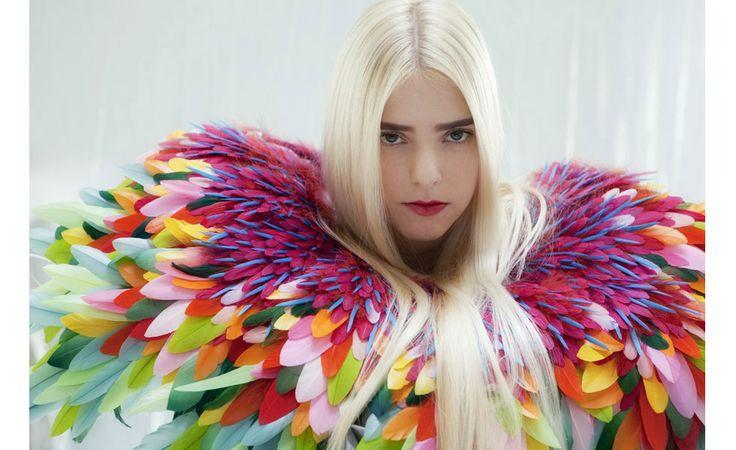 Cécile Rogue, Bird C'est à l'âge de 14 ans que Nelly Saunier a commencé à travailler la plume. Créant des œuvre exceptionnelles, elle collabore également avec les grands noms de la haut…