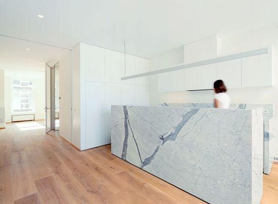 Niets aan de eind-negentiende-eeuwse voorgevel van het Haagse herenhuis verraadt dat Bláha Architecture + Design daarachter een heldere, moderne woning heeft gerealiseerd.