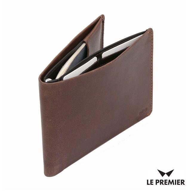 Twój mężczyzna dużo podróżuje? Podaruj mu niezbędnik każdego podróżnika - portfel @bellroy Travel. Zmieści się w nim nie tylko paszport, ale i bilety, banknoty i karty. Ponadto, ma również mini długopis, aby można było wypisać wizę. Do kupienia  na www.le-premier.pl #lepremier #pomyslnaprezent