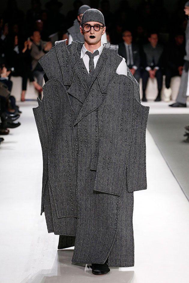 Todos os modelos usavam camisa, gravata e terno, desconstruídos a medida que o desfile seguia: ora mangas mais compridas (quase arrastando no chão), ora calças mais curtas, ora casacões amplos…